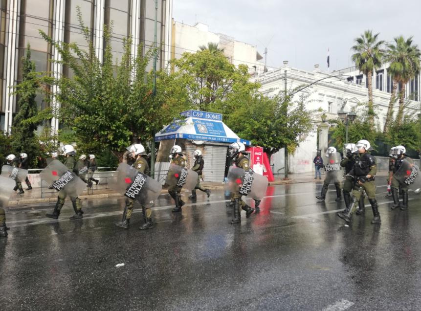 Со топови вода и солзавец растерана група демонстранти на Комунистичката партија во центарот на Атина