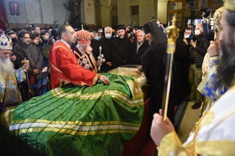 Цела Србија денес гледаше во зелената наметка на стаклениот ковчег на патријархот Иринеј- откриено нејзиното значење