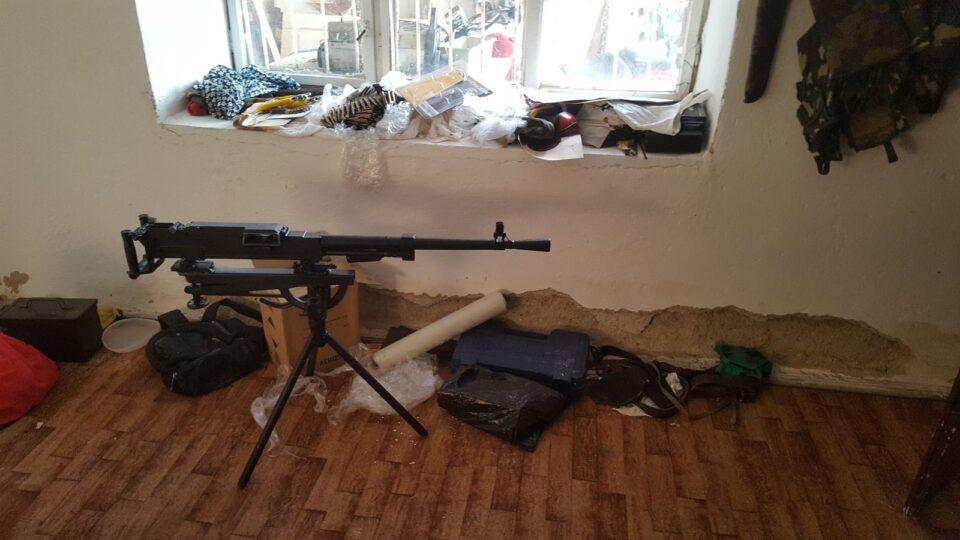 ФОТО: Уапсени татко и син во кичевско, дома имале цел арсенал оружје