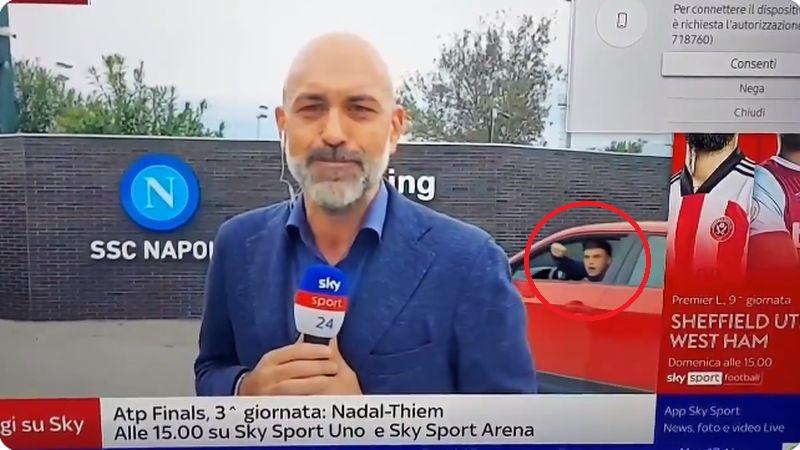 """Елмас ја изнасмеа цела Италија: Славенички му упадна на новинарот на """"Скај"""" (ВИДЕО)"""