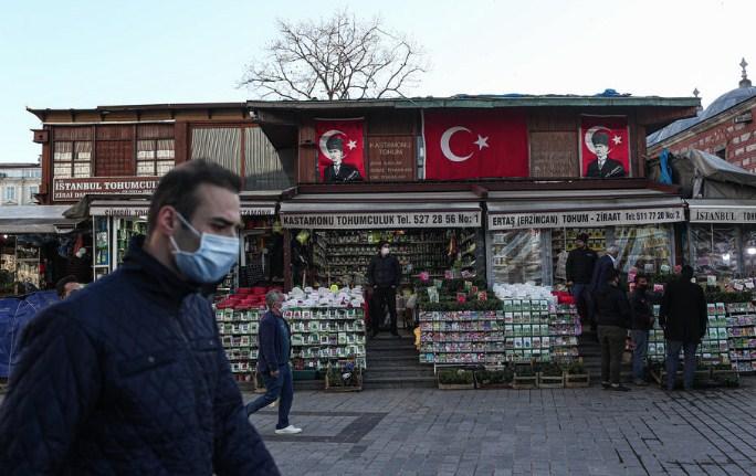 Во Турција од денеска делумна забрана за излегување за викенд