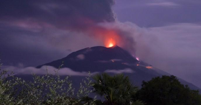 Евакуирани 2.800 луѓе поради ерупција на вулкан во Индонезија