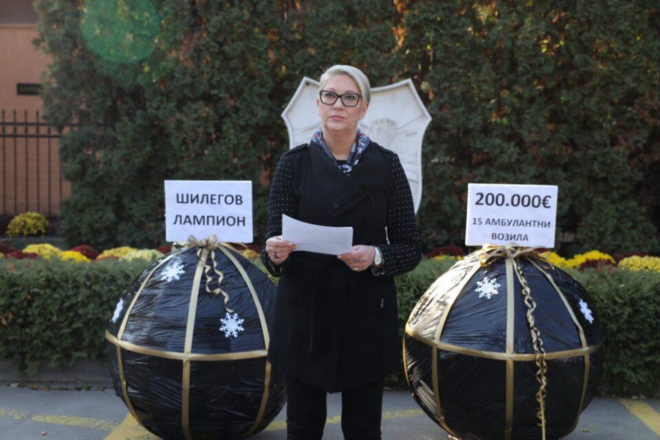 Жугиќ му подари лампион на Шилегов само да се откаже од украсувањето: Го немаме најработливиот градоначалник, но Скопје ги има најскапите лампиони