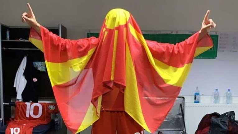 ФОТО: Кој фудбалер вака го прослави пласманот на ЕП во соблекувалната?