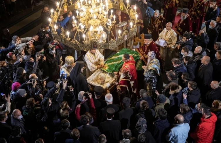 РЕЧИСИ НИКОЈ НЕМА МАСКА: Верниците го бакнуваат ковчегот на патријархот Иринеј (ВИДЕО)