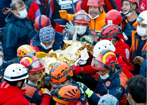 ФОТО: Три дена после силниот земјотрес во Турција од подурнатините спасено е уште едно девојче