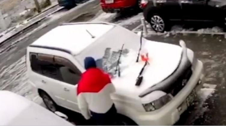 За влакно избегна несреќа: Човек си го чистеше автомобилот, а потоа се случи нешто кое остава без здив (ВИДЕО)
