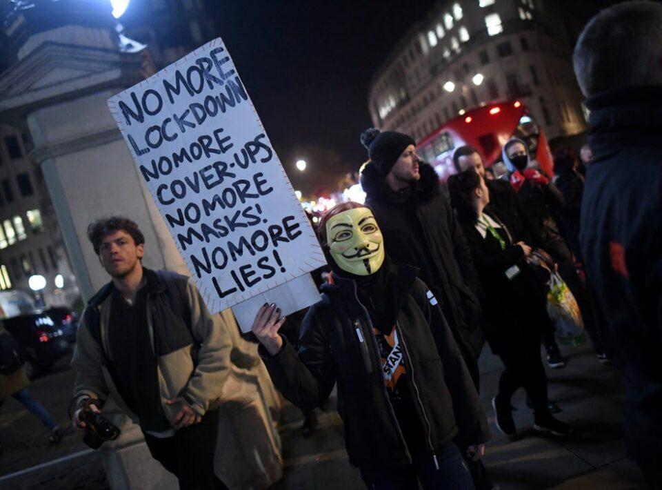 Повеќе од 100 луѓе приведени по протести во Лондон