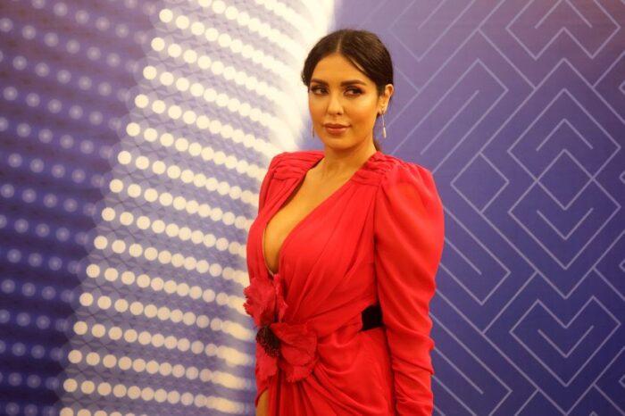 Тања Савиќ ги истури градите во фустан со деколте до папокот (фото)