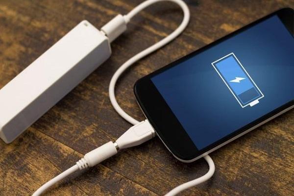 Ризично е да ја полните батеријата на телефонот на јавно место, еве како да си ги заштитите податоците!