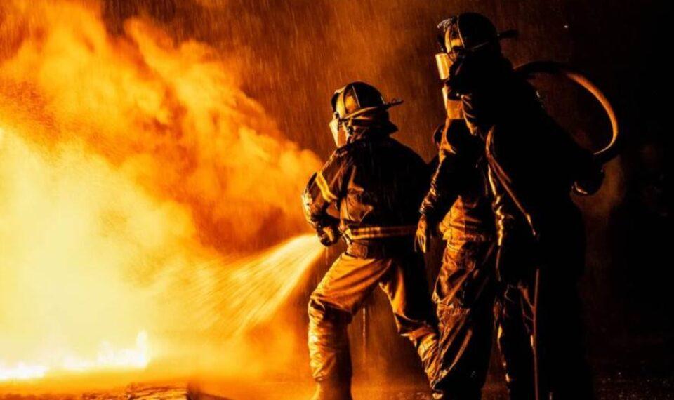 Пожар во околината на Лос Анџелес: Илјадници луѓе повикани да се евакуираат – уапсени двајца осомничени