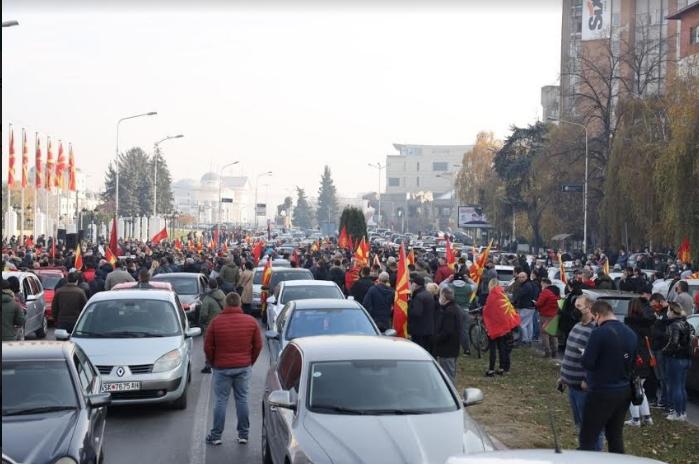 ФОТОГАЛЕРИЈА: Реки народ пред Владата, се бара оставка од Заев