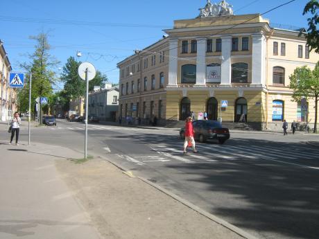 Заложничка драма во Санкт Петербург – маж со секира држи заробени шест деца