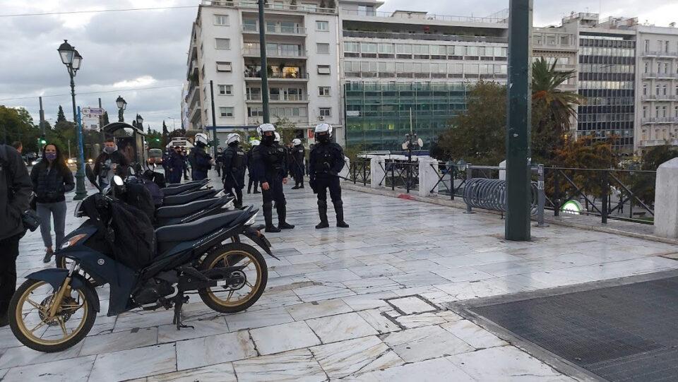 Два дена карантин во Грција: Нелегална забава, протест на 14 лица, изречени казни од речиси 30 илјади евра