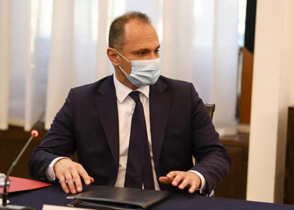 Филипче потврдено најнеспособен: Во Србија вакцините пристигнуваат неделава, во Македонија во март догодина