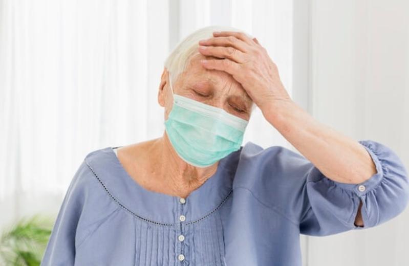 ТРАГЕДИЈА: Повозрасна жена паднала пред банка, носејќи маска на носот и устата