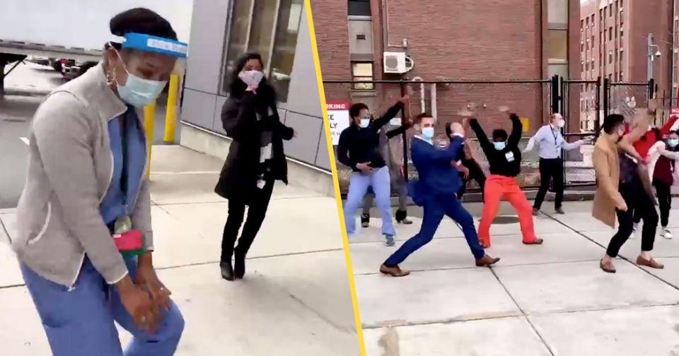 Здравствени работници танцуваат за да го прослават пристигнувањето на вакцината против КОВИД-19