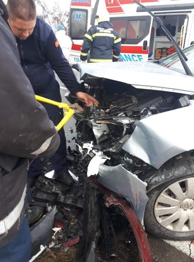 Смачкани автомобили и страшна глетка: Во сообраќајна несреќа во Струмица интервенираа и пожарникарите (ФОТО)