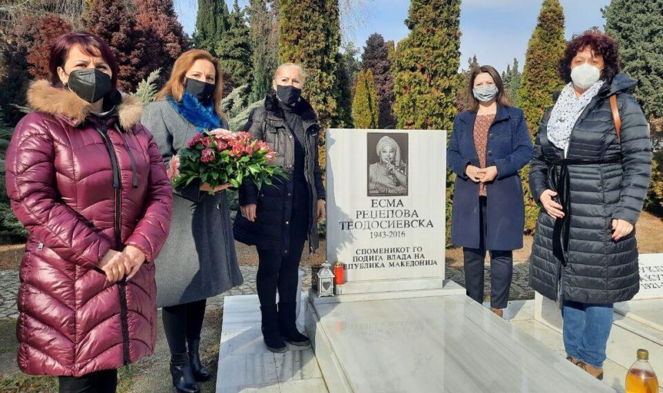 УЖ на ВМРО-ДПМНЕ положија цвеќе на гробот на Есма Реџепова