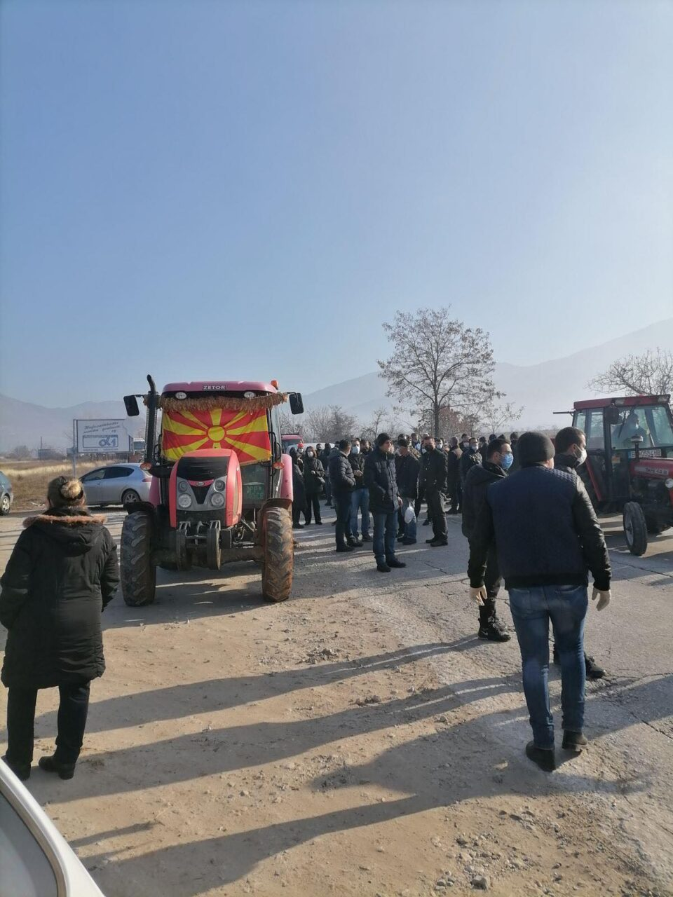 Тутунарите на протест: Блокиран патот Прилеп-Битола, не отстапуваат од нивните барања да се зголеми откупната цена на тутунот