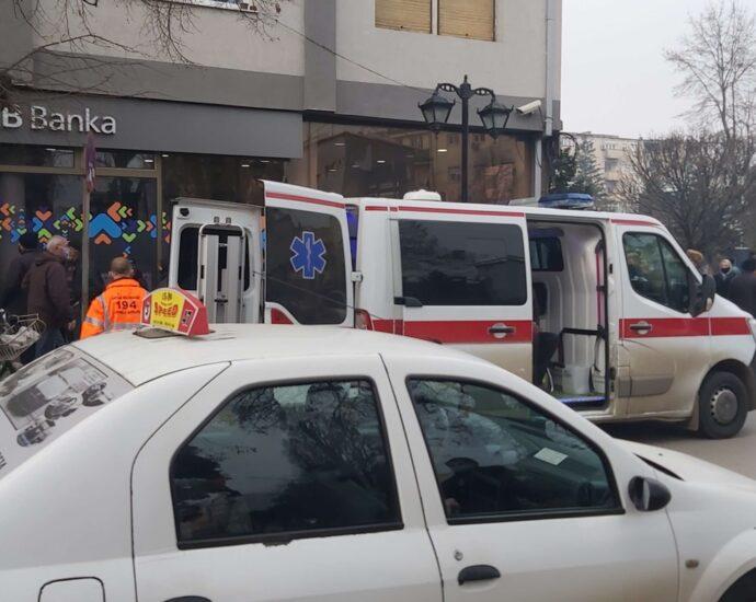 Кумановци почнаа и да колабираат пред банките, интервенира и Брзата помош (ФОТО)