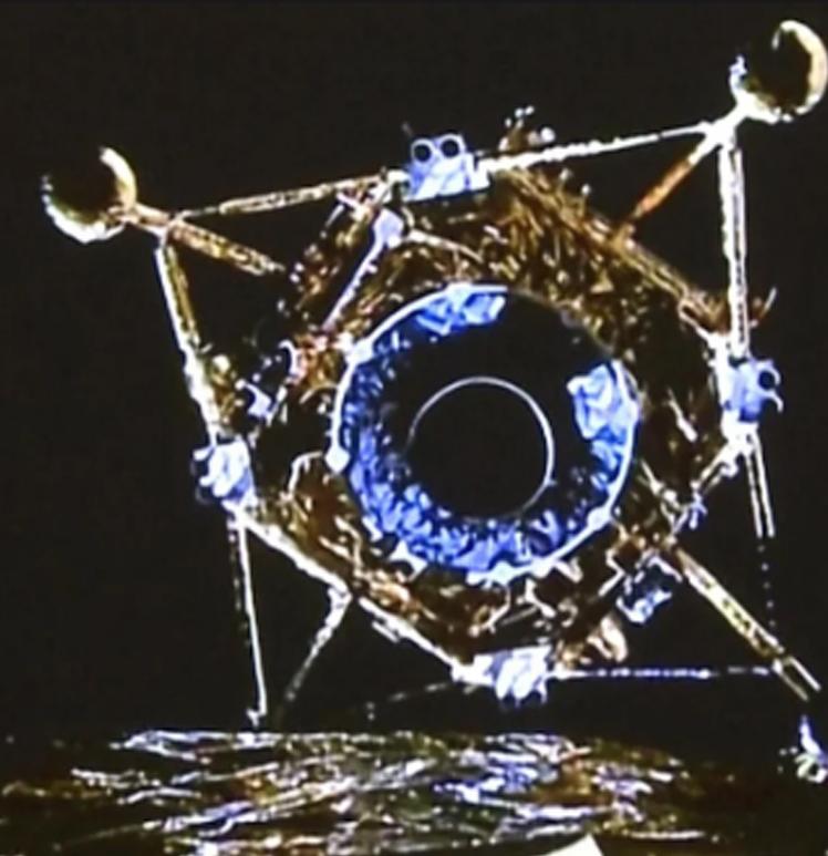 """Кинезите успешно го спуштија модулот """"Чанг-5"""" со примероци од тлото на Месечината"""