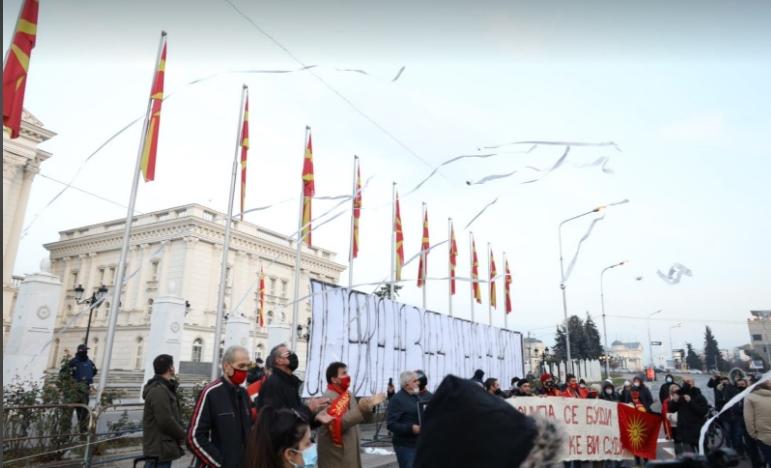 Народот со тоалетна хартија кон Заев за да си го избрише срамот од изјавите во преговорите со Бугарија (ФОТО)