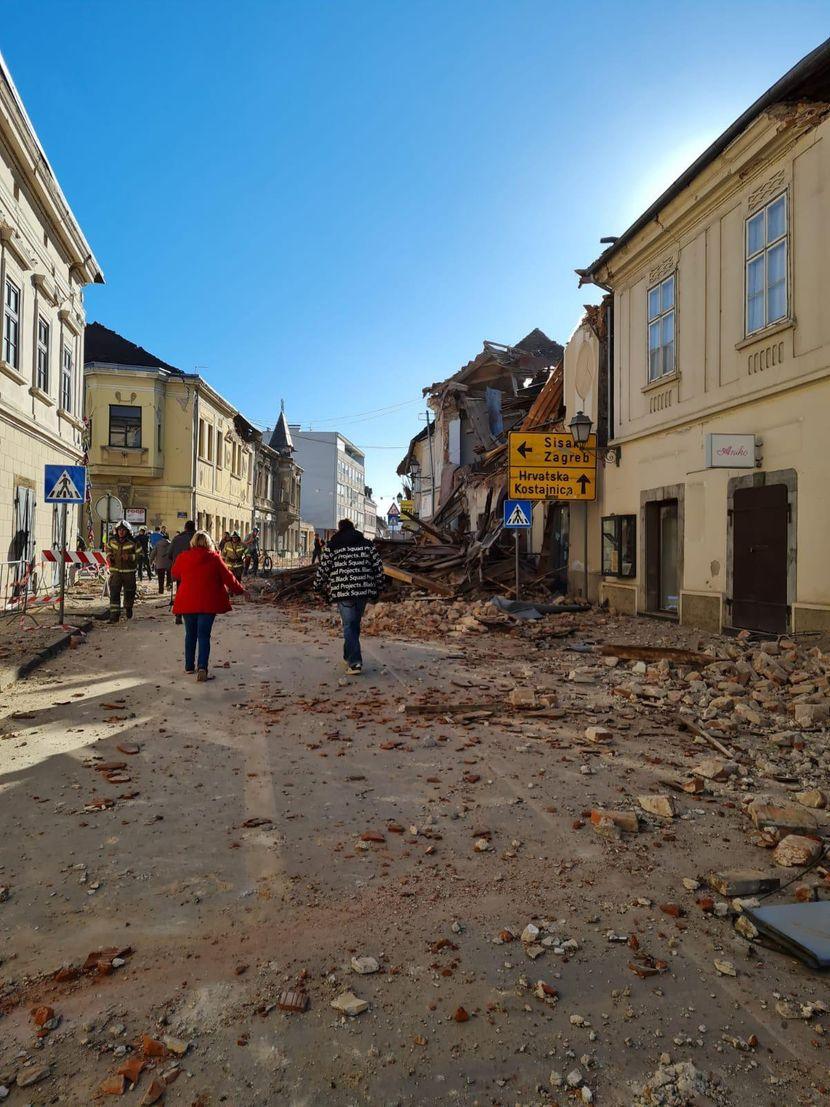 СИТЕ ПАЦИЕНТИ ЕВАКУИРАНИ – срушена болница во Сисак