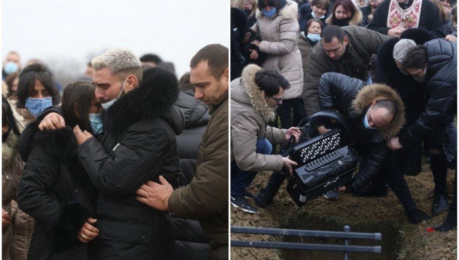 ПОТРЕСНИ СЦЕНИ: Дарко Лазиќ ја бакна хармониката на татко му, па ја спушти во гробот- мајката на пејачот падна во несвест (ФОТО)