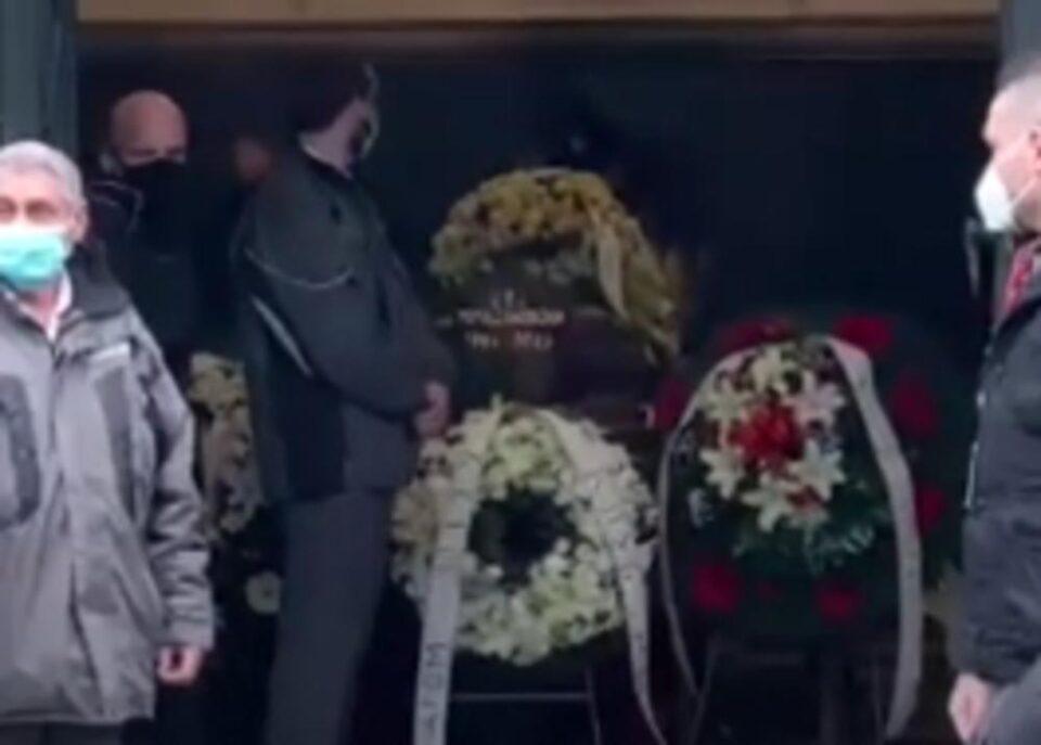 ПОРАНЕШНАТА СОПРУГА И СЕГАШНАТА ДЕВОЈКА НЕ СЕ ДЕЛЕА ОД КОВЧЕГОТ- Погребан Џеј, меѓу нив и познатиот пејач кој му е зет а беа скарани!