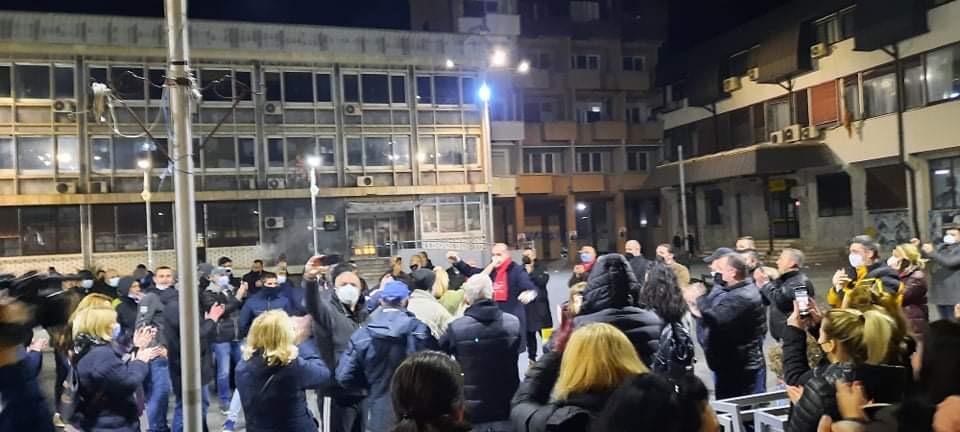 ФОТО: На 2.000 мртви, СДСМ со корона прослава на корона изборите