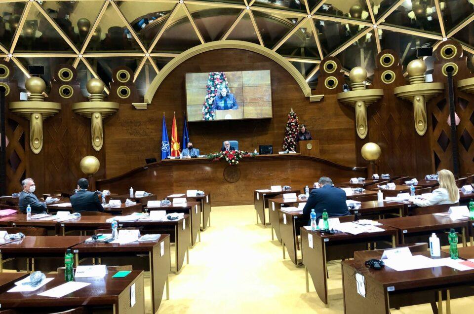 Повеќе од 20 ЧАСА БЕЗ ПРЕСТАН буквално цел ден и цела ноќ пратениците на ВМРО ДПМНЕ се борат да СПРЕЧАТ спорен договор вреден 33 мил евра!