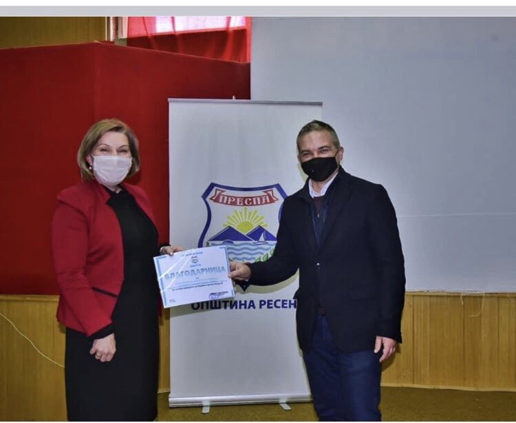 Градоначалникот на Ресен и додели благодарница на сопствената сопруга