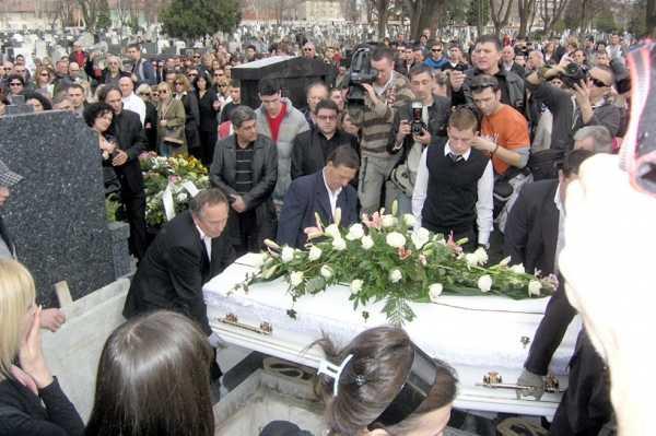 И пук*ше во главата на српската пејачка, па си пресуди- за тоа што се случи додека го спуштаа белиот ковчег и денес се зборува (ФОТО)