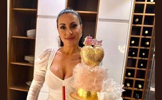 Семејна журка кај Гавазова: Пејачката славеше роденден со шампањско и торта на три ката (ФОТО+ВИДЕО)