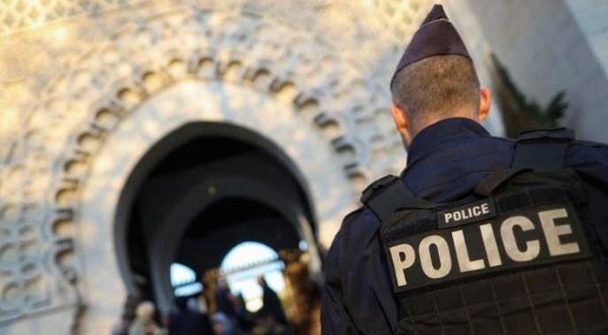 Во Франција убиени тројца полицајци во обид да спасат жена од семејно насилство