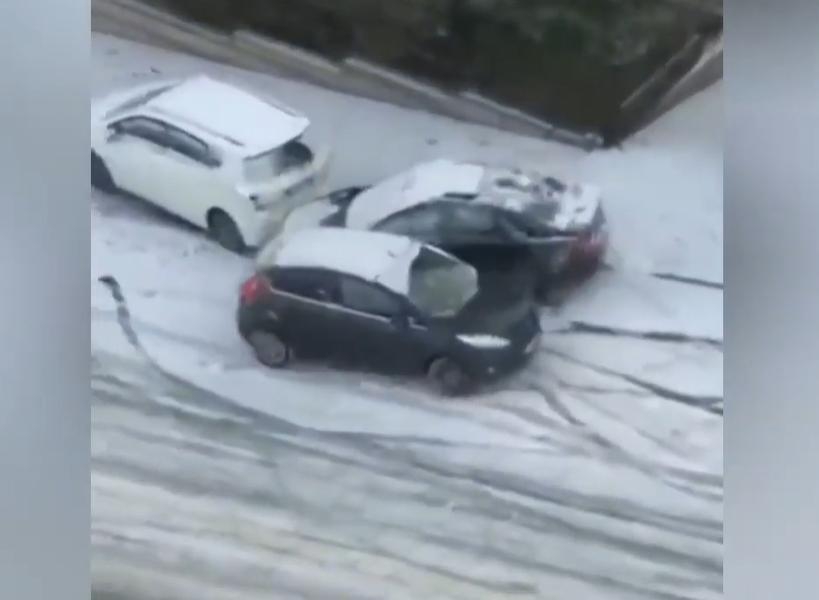 Автомобили се лизгаат, возачите губат контрола над возилата – снегот во Анкара направи тотален хаос (ВИДЕО)