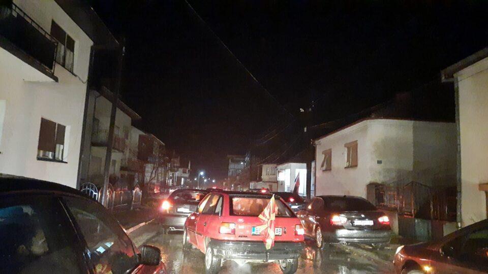 ФОТО: Силниот дожд не ги спречи Беровчани да побараат оставка од Заев!
