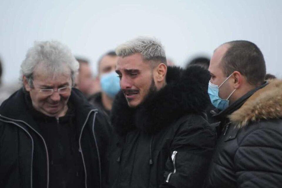 ЗАПАЛЕН ГРОБОТ НА ТАТКОТО НА ПЕЈАЧОТ: Дарко Лазиќ лелекал и плачел на цел глас кога ја видел оваа порака со јасна цел (ФОТО)