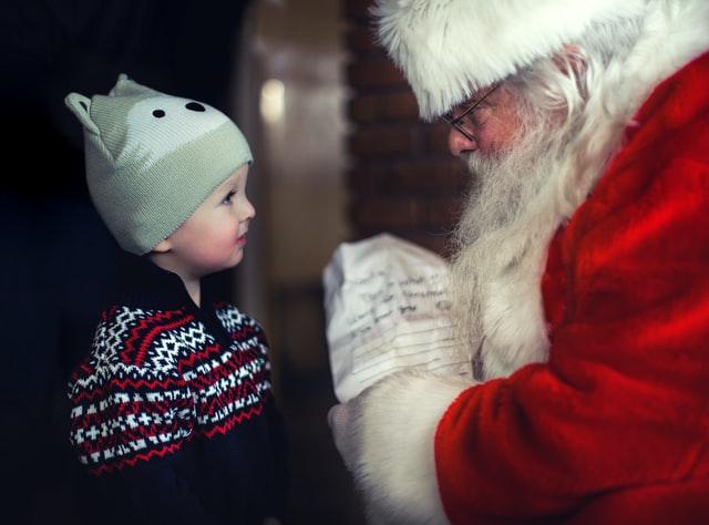 Како да реагирате кога детето ќе ве праша дали постои Дедо Мраз?