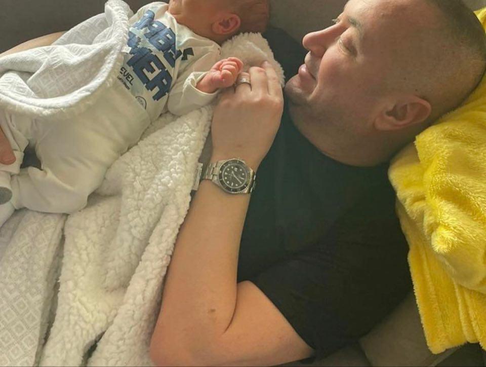 ФОТО: Џани ги разнежни сите со оваа фотографија од неговиот внук – има само 6 дена а веќе сите велат дека личи на него!