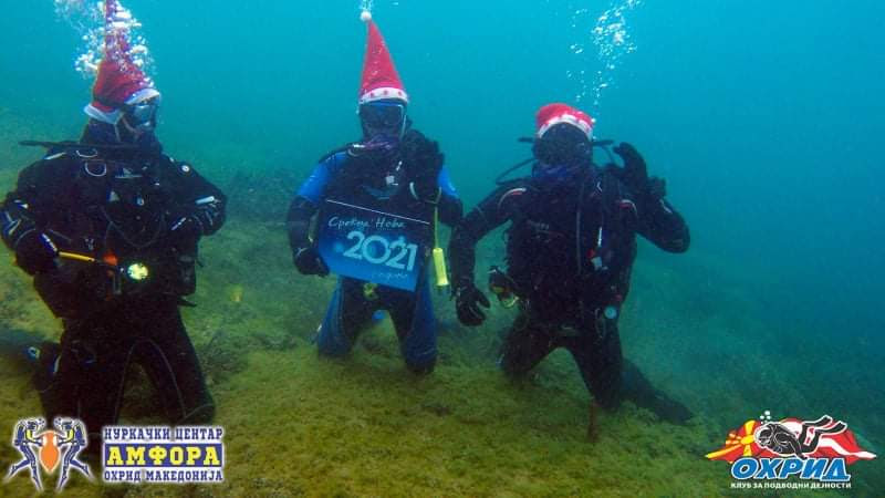 Без китење елка во Охридското Езеро, нуркачите од под вода посакаа среќна Нова 2021 година