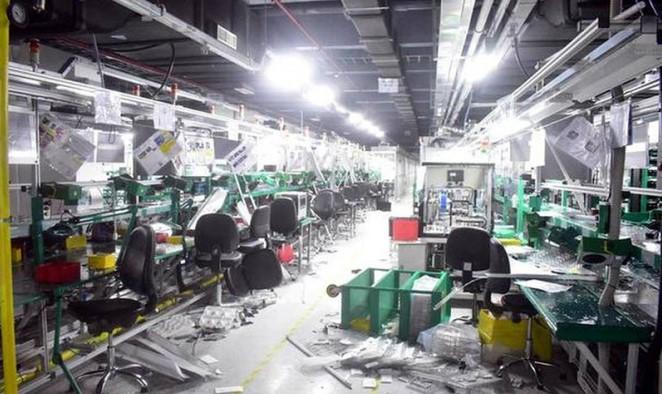 Голем хаос во фабрика за Ајфон, вработените збеснаа поради платите – еве ги последиците (ВИДЕО)