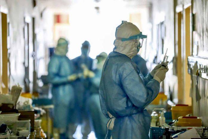 """Грчките епидемиолози загрижени за """"Атинската"""" мутација на коронавирусот"""