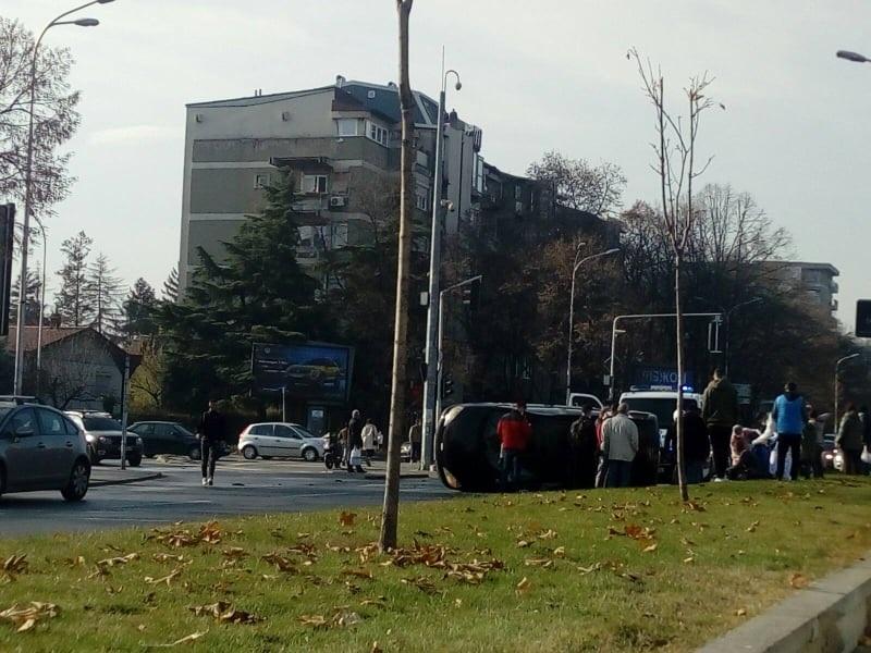 ФОТО: Тешка сообраќајка на Партизанска, екипи на Брза помош и полицијата се на терен
