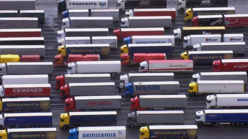 Камионите почнаа да ги поминуваат контролните пунктови во Довер