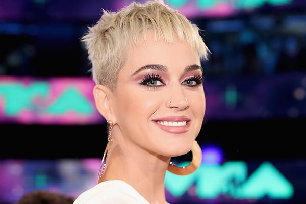 Не е русокоса: Славната пејачка направи голема промена во изгледот (ФОТО)