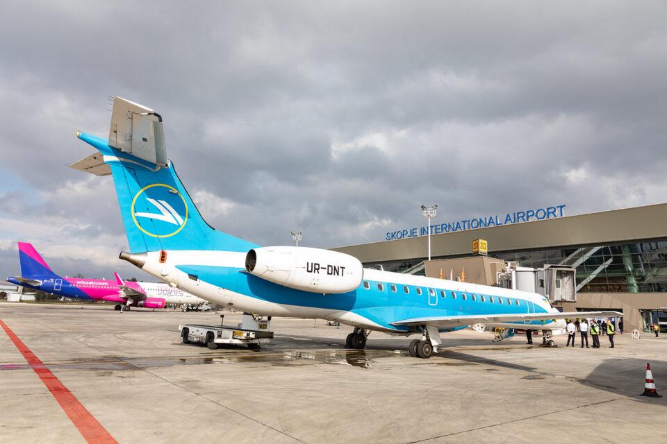 ФОТО: На скопскиот аеродром слета првиот авион на релацијата Киев-Скопје-Киев