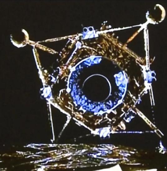 Кинеската сонда Чанг 5 зема примероци од Месечината и тргна кон Земјата