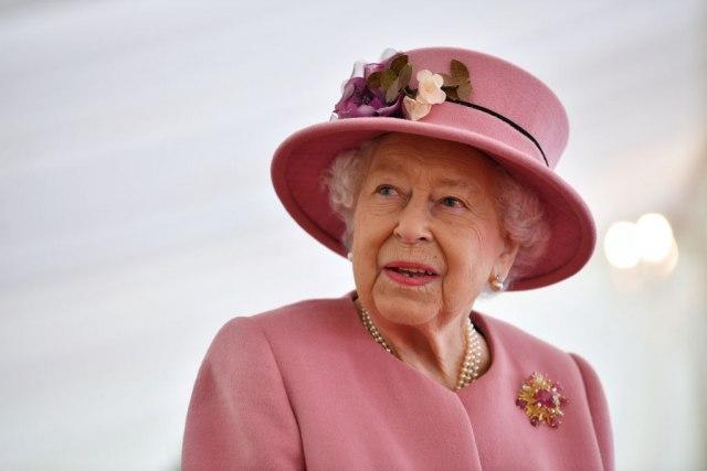 Кралицата Елизабета има многу помошници, но оваа работа во кујната сака сама да ја прави